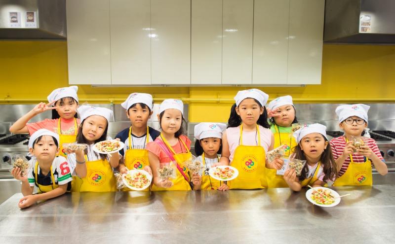 요리실습을 마친 아이들이 직접 만든 요리를 들고 기념사진을 촬영하고 있다..jpg