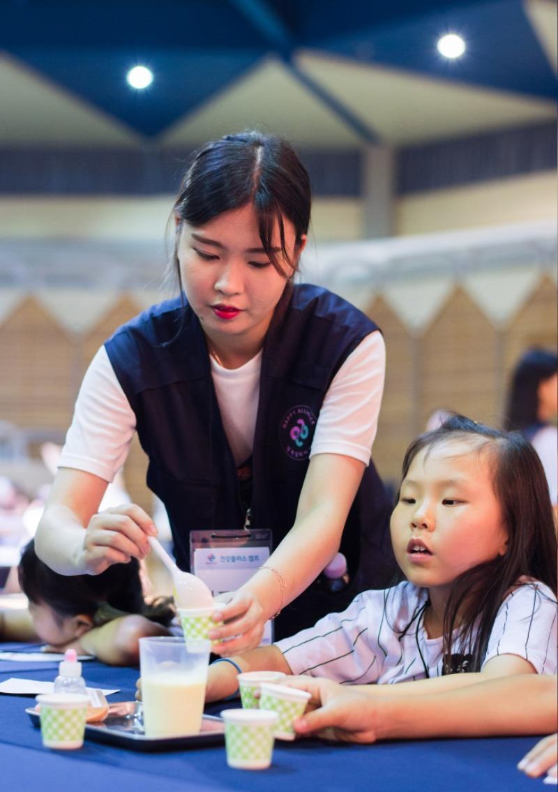 행복얼라이언스 건강플러스 캠프에 참가한 아동들이 실험을 통해 바른 먹거리에 대해 배우고 있다..jpg