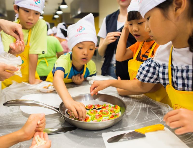 행복얼라이언스 건강플러스 캠프에 참가한 아이들이 직접 요리를 만들며 식재료와 친해지는 시간을 갖고 있다..jpg
