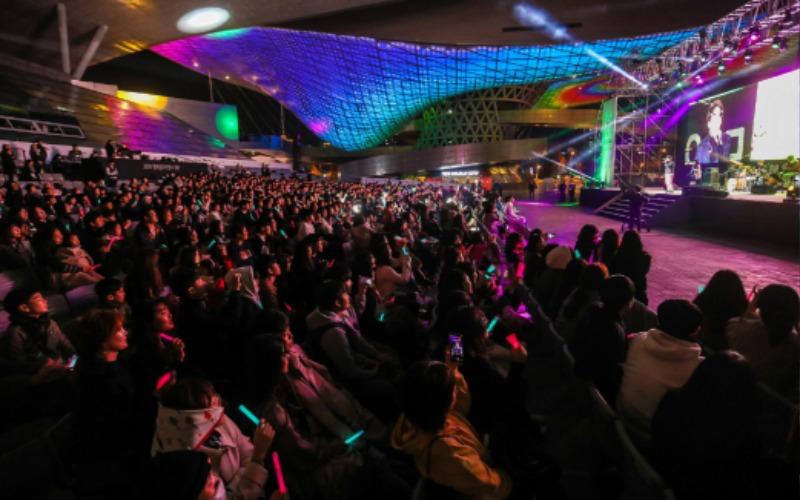 '2018 행복얼라이언스 데이 - 함께해서행복해' 뮤직 콘서트에 인디가수 10CM가 참여하여 관객을 열광케 했다