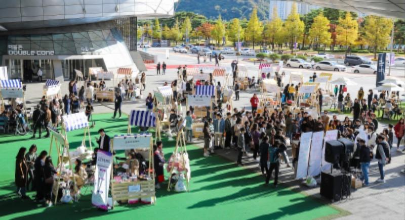 사회적기업 및 소셜벤처 50여 곳이 참여한 행복얼라이언스 플리마켓의 모습