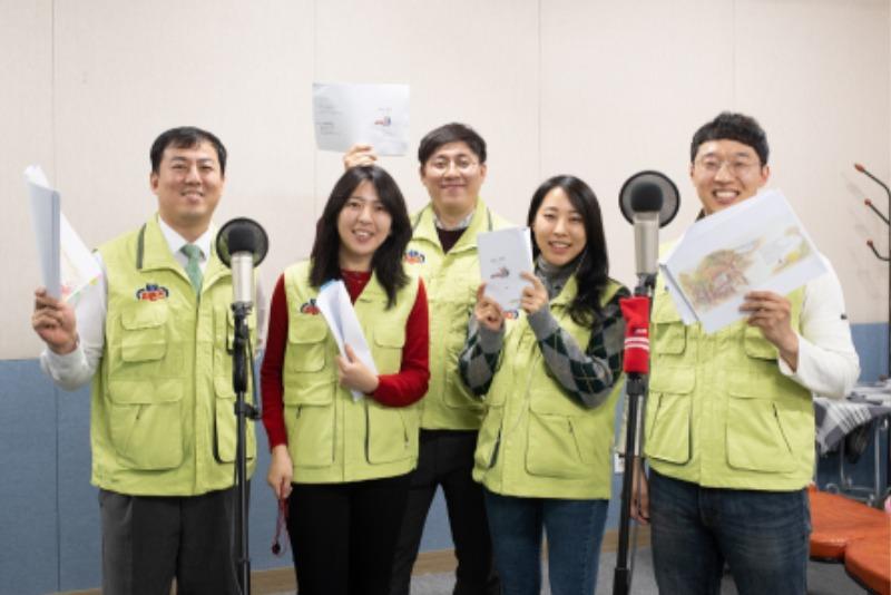 케이토토 임직원들이 다문화가정 아동을 위해 동화를 녹음하고 있다